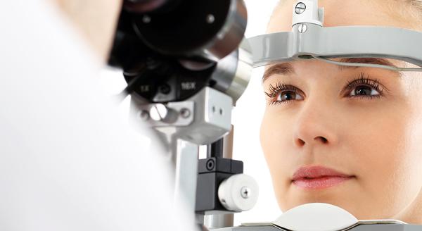 Mulher fazendo consulta ocular