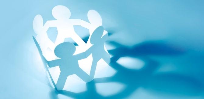 Fundo azul claro, com recorte de papel de pessoas dando as mãos formando um círculo - Qualicorp