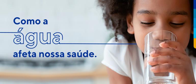 Criança segurando e bebendo um copo de água, ao lado texto: Como a água afeta nossa saúde.