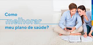 Casal sentado no chão fazendo conta, ao lado o texto: Como melhorar meu plano de saúde?