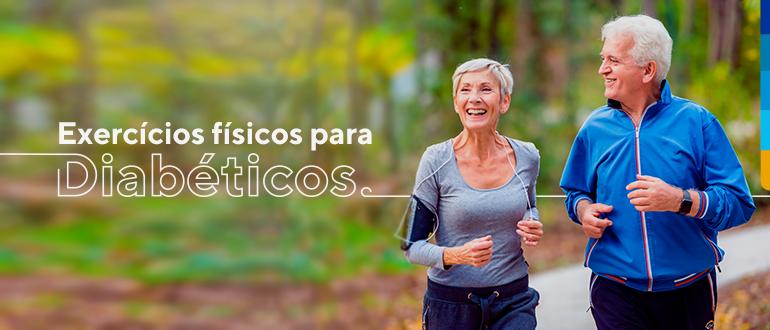 Casal de pessoas maduras caminhando e sorrindo, ao fundo floresta de árvores e ao lado esquerdo texto: exercícios físicos para diabéticos