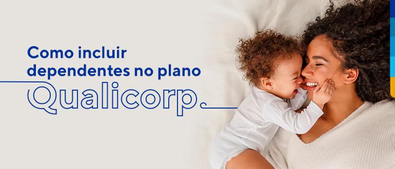 Mãe e bebê deitados sorrindo um de frente para o outro, e ao lado texto: Como incluir dependentes no plano Qualicorp?