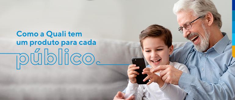 Criança junto a uma pessoa madura, olhando para um celular e sorrindo, ao lado texto: Como a Quali tem um produto para cada público