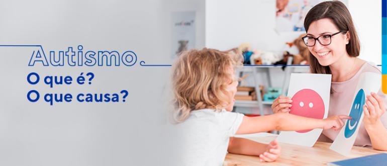 Fundo cinza com texto sobreposto: Autismo: O que é? O que causa? Ao lado criança apontando.
