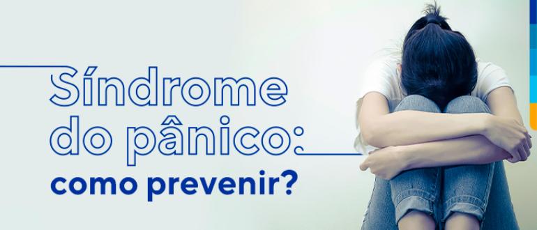 Texto sobre fundo branco: Síndrome do pânico: como prevenir? Ao lado menina sentada segurando os joelhos de cabeça baixa.