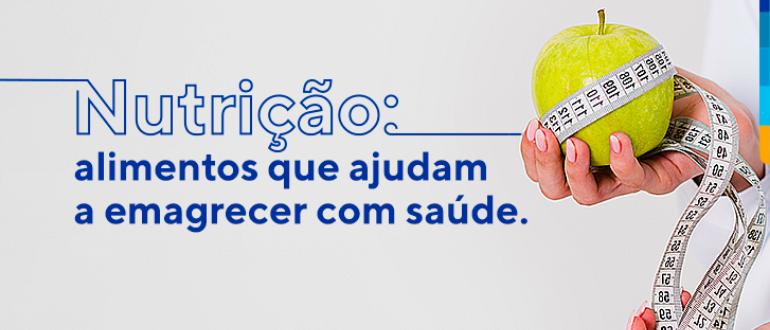Sobre fundo branco, texto: Nutrição: alimentos que ajudam a emagrecer com saúde. Ao lado, mão segurando uma maçã verde envolta com cinta métrica.