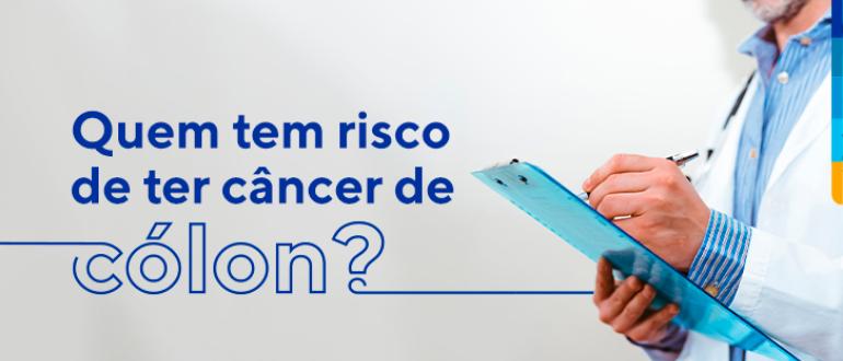 Texto: Quem tem risco de ter câncer de cólon? Ao lado, médico escrevendo em uma prancheta.