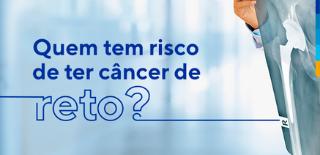 Texto: Quem tem risco de ter câncer de reto? Ao lado médico segurando exame de raio-x.