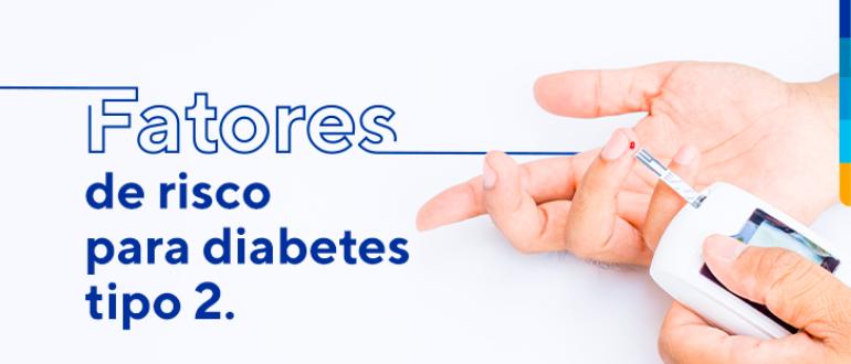 Texto: fatores de risco para diabetes tipo 2, ao lado, pessoa realizando teste caseiro de glicemia.