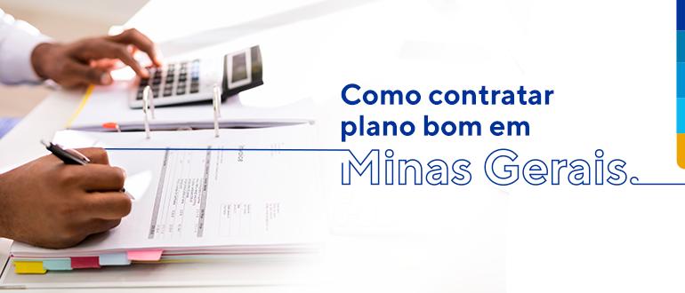 Homem escrevendo em planilha e com a mão na calculadora, ao lado texto: Como contratar plano bom em Minas Gerais