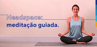 Headspace: meditação guiada. Ao lado, mulher sorrindo na posição de lótus.