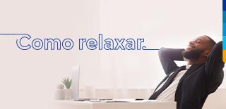 Texto: Como relaxar. Ao lado, homem sentado sorrindo com os olhos fechados e as mão envolta da cabeça. segurando-a.