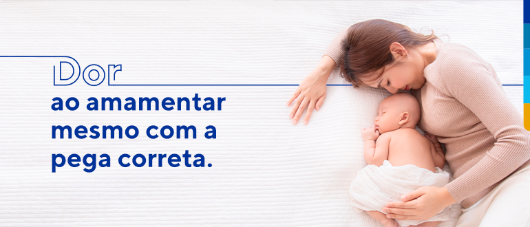 Texto: Dor ao amamentar mesmo com a pega correta. Ao lado imagem de um bebê dormindo com a mãe deitada ao lado zelando pela criança.