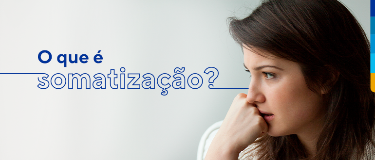 Texto: O que é somatização?  Ao lado, imagem de mulher com a mão no queixo olhando para o lado.