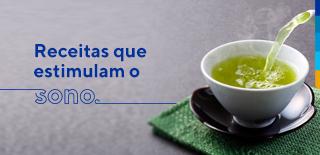 Texto: Receitas que estimulam o sono. Ao lado: imagem de chá na cor verde sendo servido em uma xícara branca.