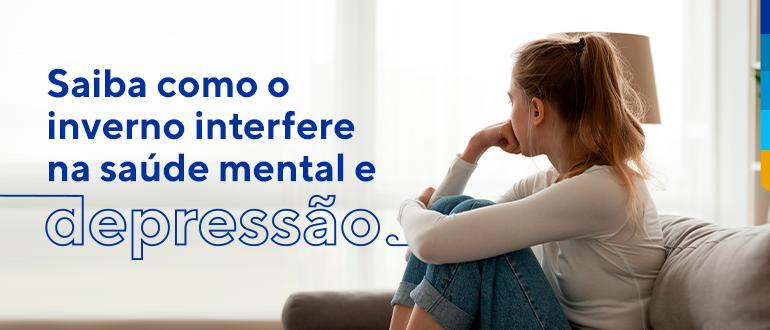 Texto: Saiba como o inverno interfere na saúde mental e na depressão. Ao lado foto de uma jovem sentada abraçando os joelhos e com a mão direita apoiada no queixo.