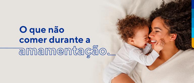 Texto: O que não comer durante a amamentação. Ao lado, mulher e bebê sorrindo, um de frente para o outro.